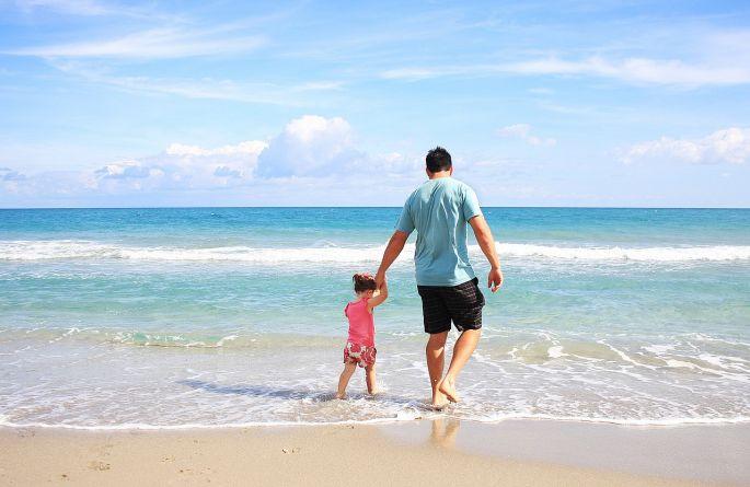 otec a dite na plazi