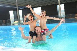 deti v bazenu