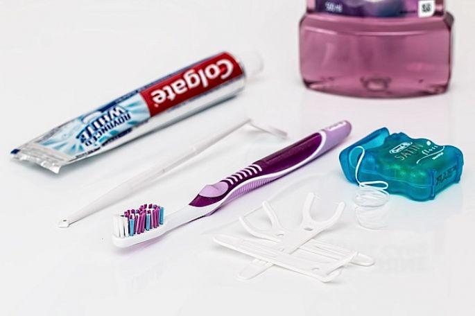 Zubní nit, mezizubní kartáček