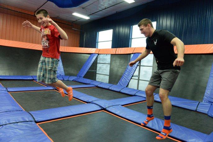 Muži skáču na trampolíne