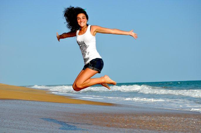 stastna zena na plazi